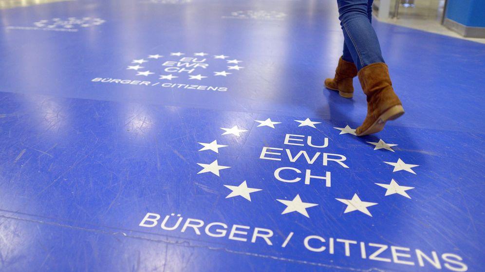 Foto: Control automático de pasaportes para los ciudadanos de la UE en el aeropuerto de Düsseldorf. (EFE)
