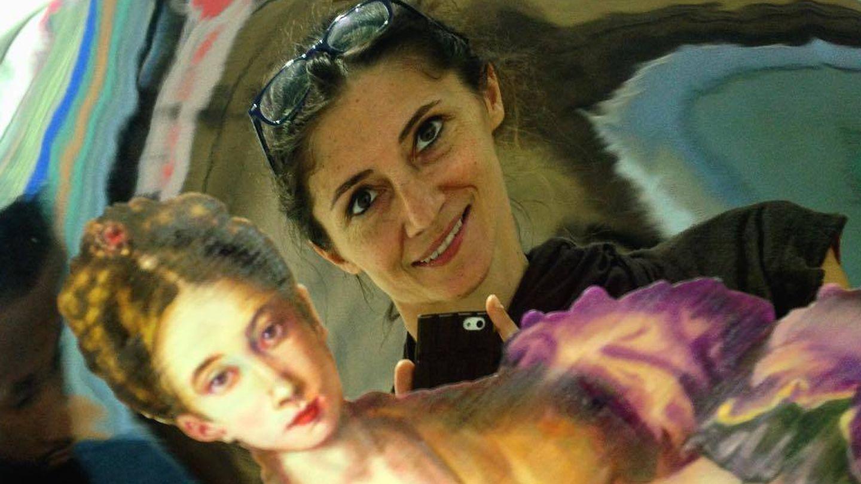 Entre arte se autofotografía la escultora Claudia Stilianopoulos. (Cortesía de la autora)