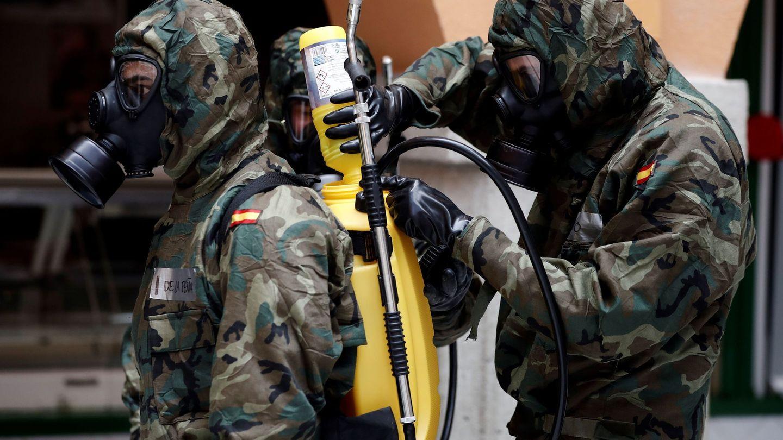 Militares del Regimiento de Infantería América 66 realizando labores de desinfección. (EFE)