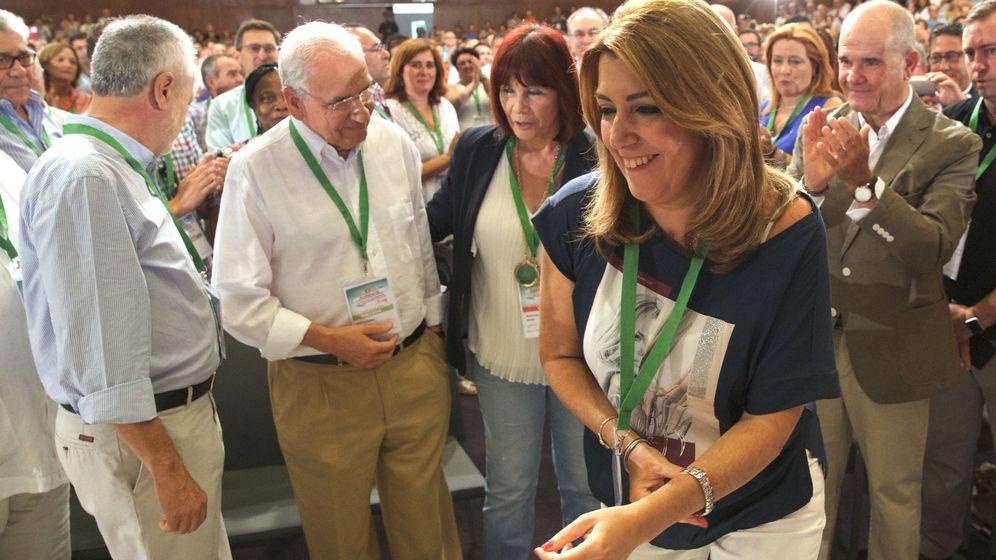 Foto: La presidenta andaluza, Susana Díaz, junto a los expresidentes de la Junta José Antonio Griñán (i) y Manuel Chaves (d) y el exvicepresidente del Gobierno Alfonso Guerra (2i). (EFE)