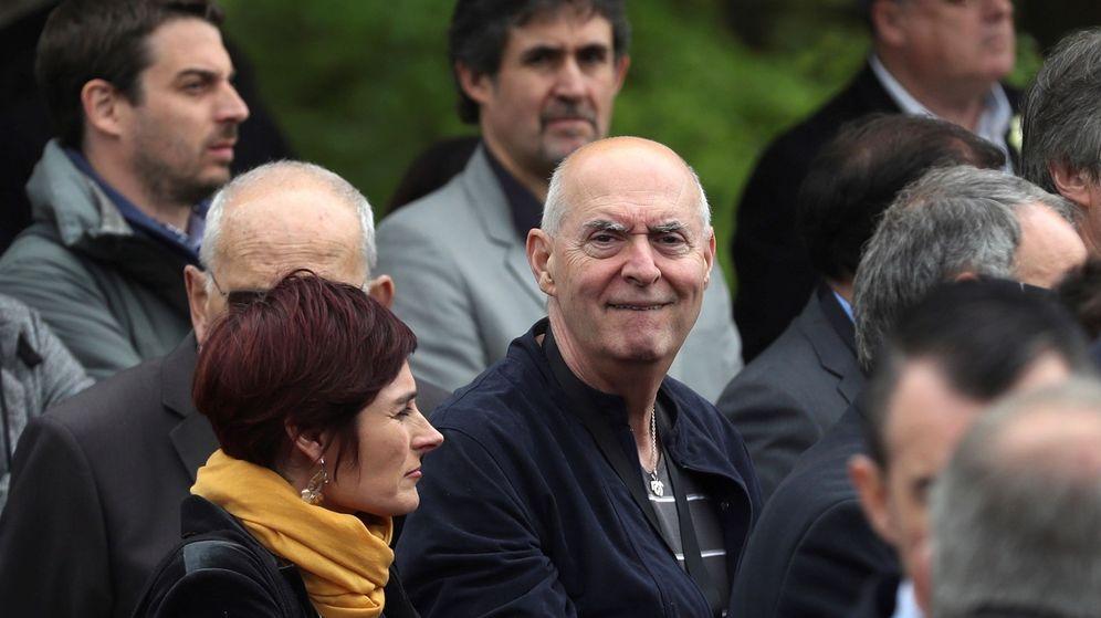 Foto: El exdirigente de ETA Antxon Urrusolo Sistiaga, durante la lectura del comunicado de disolución de la organización. (EFE)