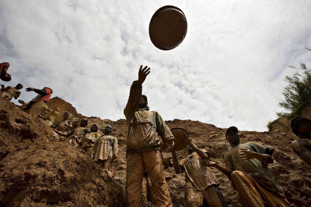 Foto: Mineros forman una cadena humana en una mina de oro cercana al pueblo de Kobu, en Congo (Reuters).