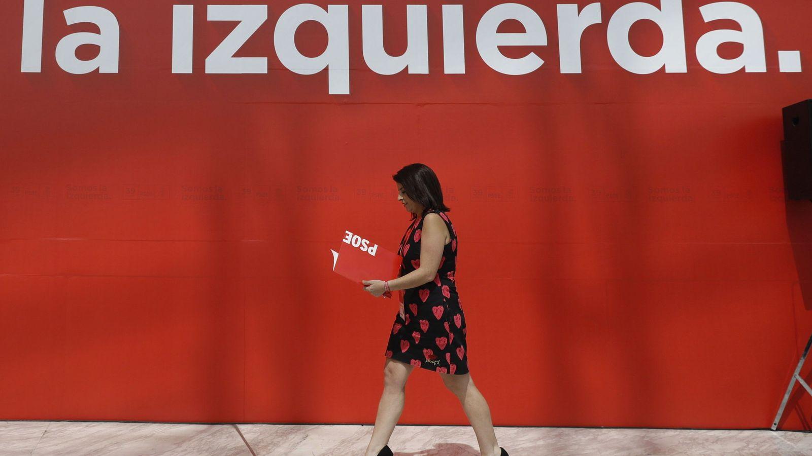 Foto: La nueva vicesecretaria general del PSOE, Adriana Lastra, visitando las instalaciones del 39º Congreso del PSOE, en el Palacio Municipal de Congresos de Madrid. (EFE)