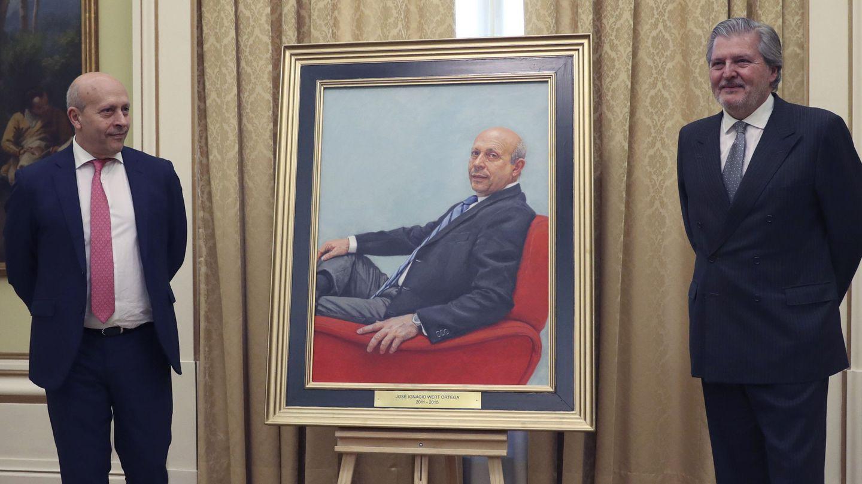 Méndez de Vigo junto a su antecesor José Ignacio Wert, durante la colocación de un retrato de este último en la sede ministerial en 2017. (EFE)