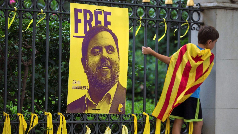 Lazos amarillos colocados ante una fotografía del exvicepresidente Oriol Junqueras. (EFE)
