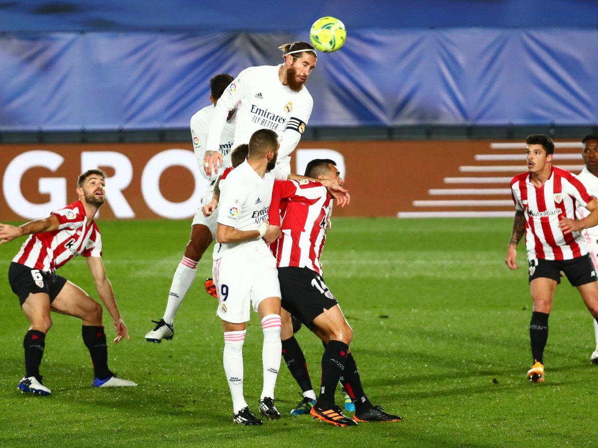 Foto: Sergio Ramos remata un córner ante el Athletic Club. (Reuters)