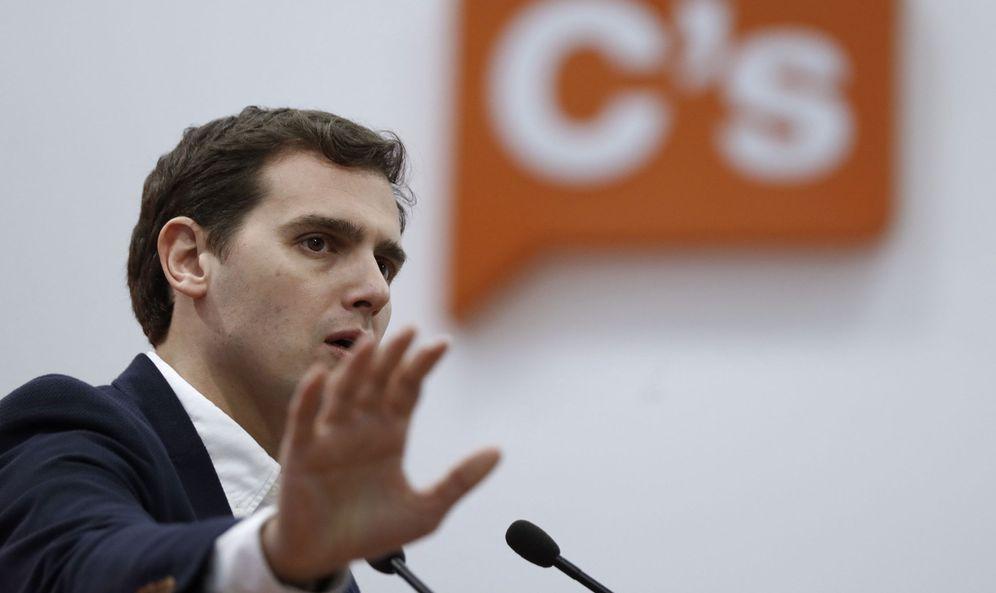 Foto: El presidente de Ciudadanos (C's), Albert Rivera (c), durante una rueda de prensa en la sede del partido. (EFE)