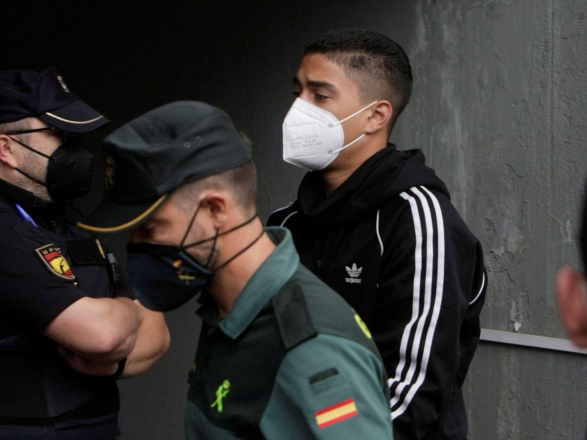 Foto: Los tres mayores de edad encarcelados llegan a los juzgados de A Coruña. (EFE)