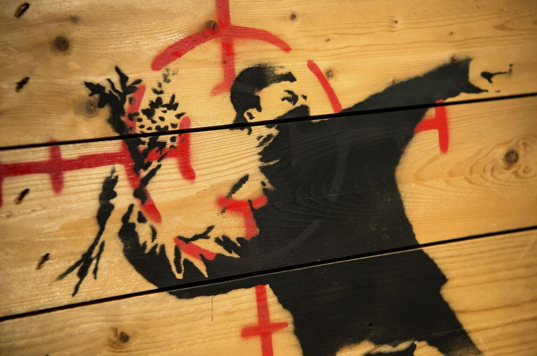 Foto: 'El manifestante lanzador de ramos de flores', de Banksy (Efe)