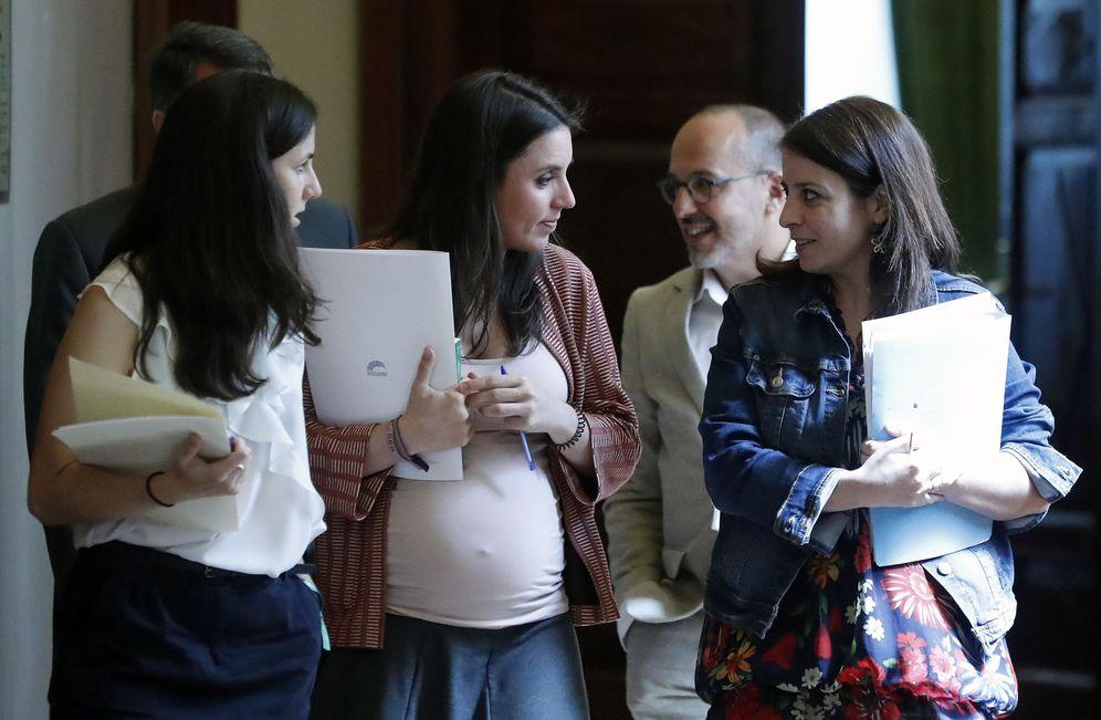 Foto: Ione Belarra e Irene Montero (i), con los portavoces del PDeCAT y PSOE, Carles Campuzano y Adriana Lastra, este 26 de junio en el Congreso. (EFE)