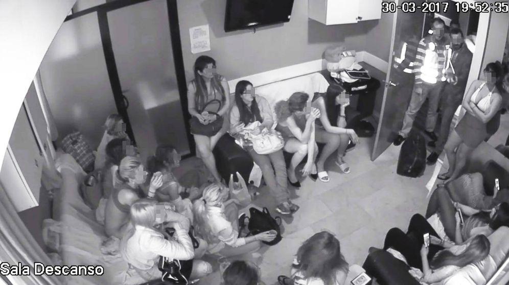 Foto: Chicas que alquilan habitaciones en Cat Events, retenidas durante la inspección de Hacienda
