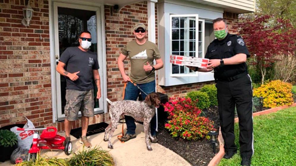 Foto: Un agente de Westampton entrega su pizza a unos vecinos (Foto: Facebook)