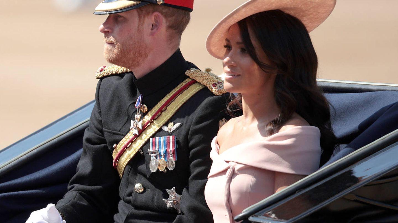 La duquesa de Sussex también apostó por un cuello barco en tono rosa para un acto. (Getty)