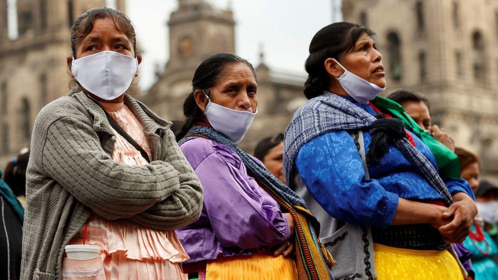 Foto: Artesanos indígenas protestan frente al Palacio Nacional de Ciudad de México para exigir apoyo económico. (EFE)