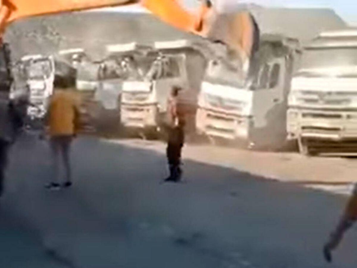 Foto: Sus propios compañeros grabaron el ataque de locura del trabajador (YouTube)