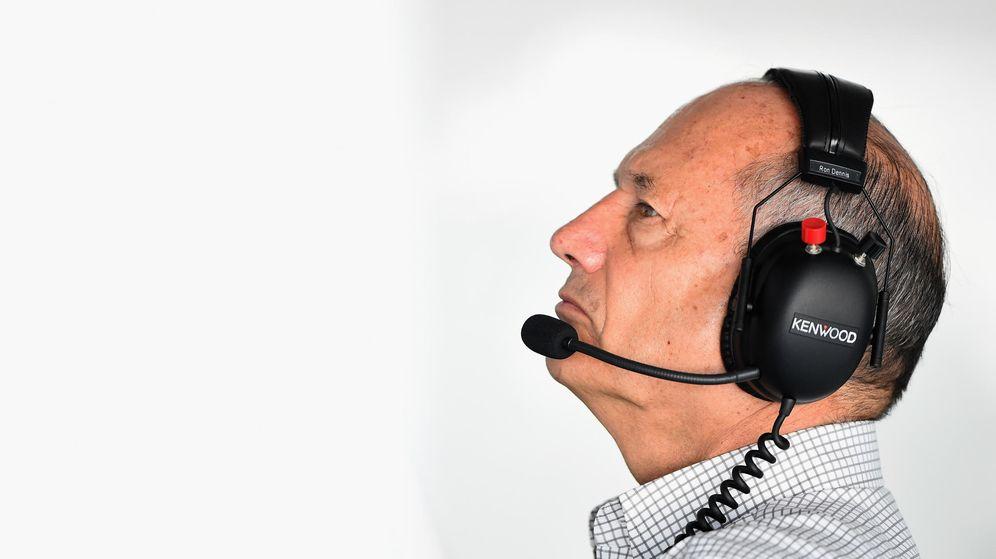 Foto: Ron Dennis mira atento la tabla de tiempos de McLaren.