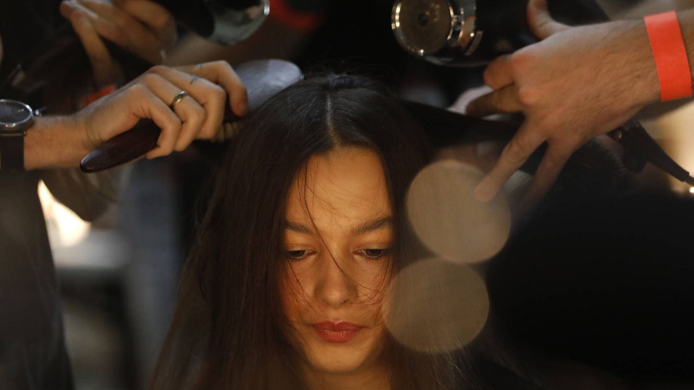 Los productos con los que se prepara el cabello pueden ensuciar las placas si no son los adecuados. (Getty)
