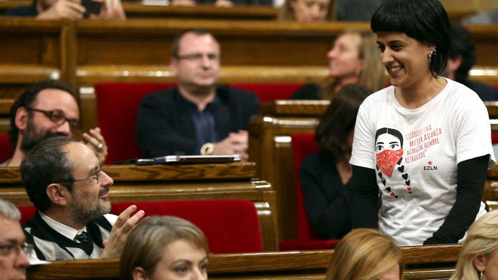 Foto: El exdiputado de la CUP Antonio Baños (i) aplaude a su compañera de partido Anna Gabriel. (EFE)