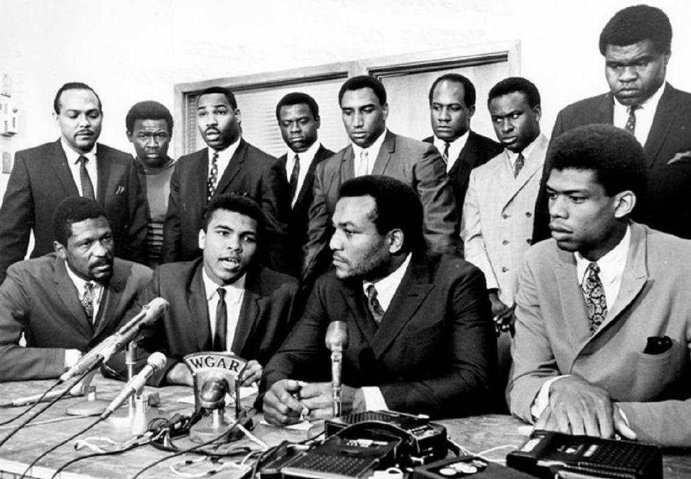 Foto: De izquierda a derecha y de delante hacia atrás: Bill Russell, Muhammad Ali, Jim Brown, Lew Alcindor; (Detrás) Carl Stokes, Walter Beach, Bobby Mitchell, Sid Williams, Curtis McClinton, Willie Davis, Jim Shorter y John Wooten.