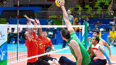 Un iraní de 2,46 metros revoluciona los Paralímpicos jugando sentado al voleibol