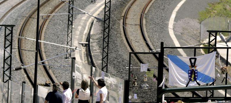 Foto: Varios curiosos observan el lugar del accidente del tren Alvia. (EFE)