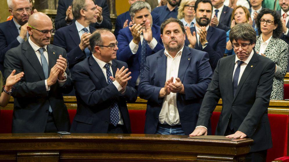 Foto: El presidente de la Generalitat, Carles Puigdemont (c), tras su discurso ante el pleno del Parlament. (EFE)