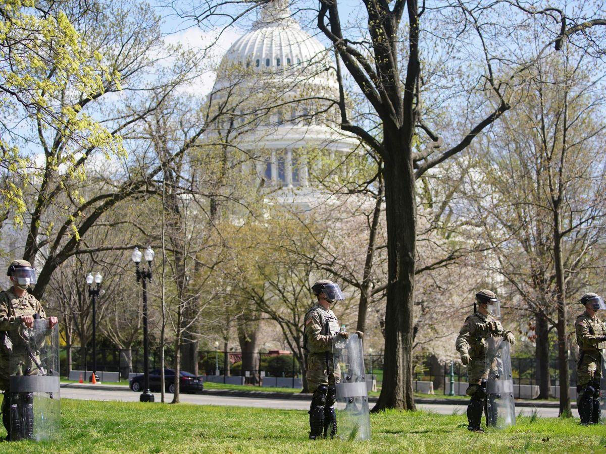 Foto: Miembros de la Guardia Nacional montan guardia frente al Capitolio. (Reuters)