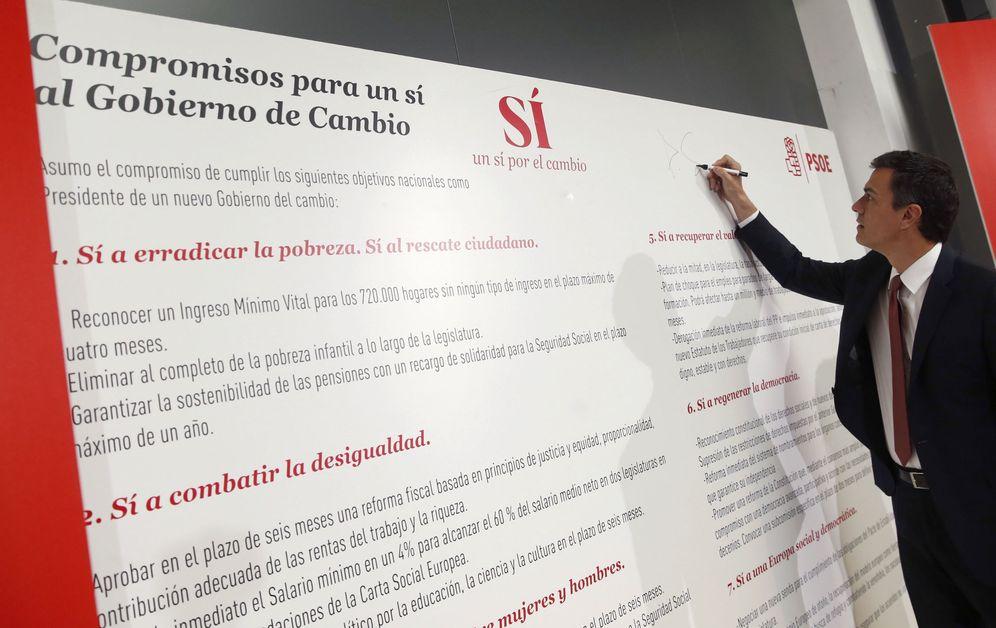 Foto: Pedro Sánchez firma sus compromisos electorales, este 30 de mayo en el espacio Unonueve de Madrid. (EFE)