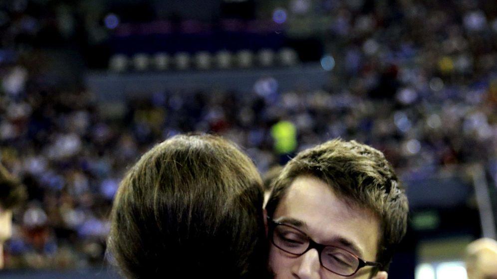 Foto: Pablo Iglesias e Íñigo Errejón se abrazan en la primera Asamblea Ciudadana de Podemos. (EFE)
