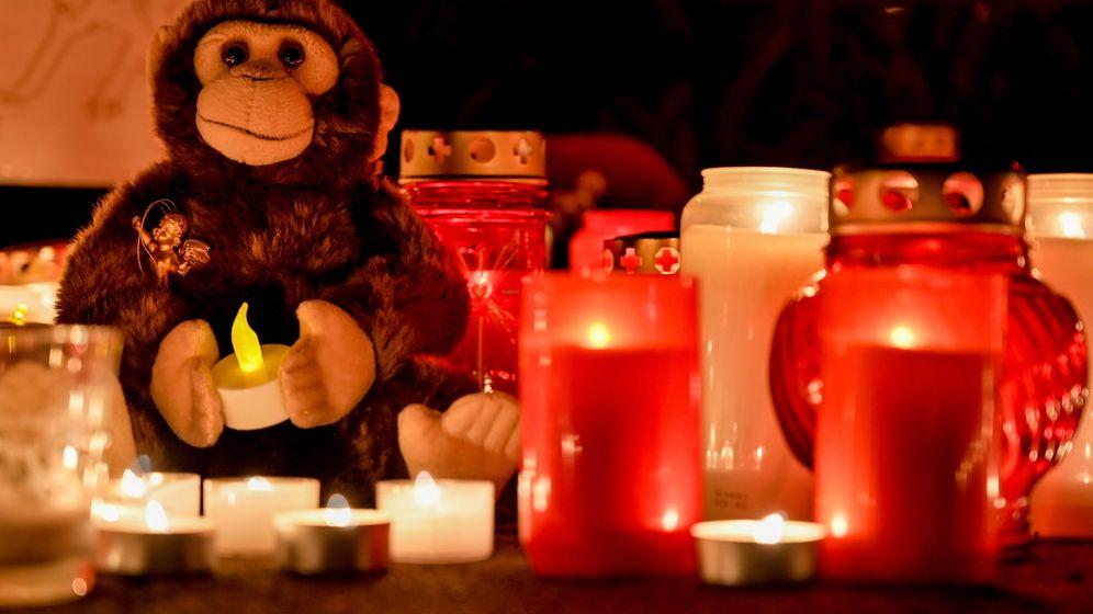 Foto: Vigilia en honor a los animales muertos en el incendio del Zoo de Krefeld. (EFE)