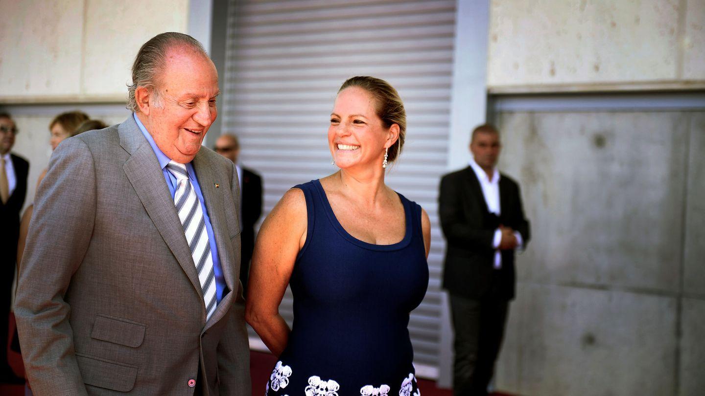 El rey Juan Carlos I, con Ariane de Rothschild en La Rioja. (Reuters)