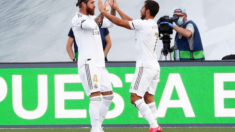 Sergio Ramos celebra con Eden Hazard el gol marcado al Eibar. (Efe)