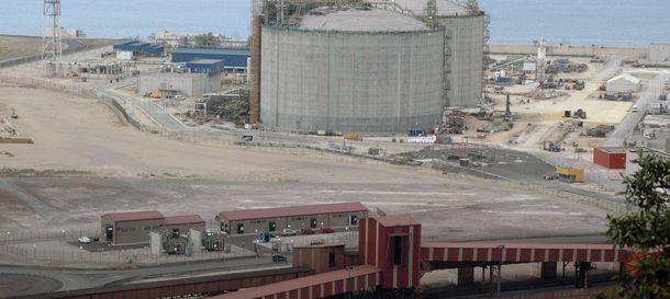 Foto: Imagen de la regasificadora en el puerto de El Musel (Efe)