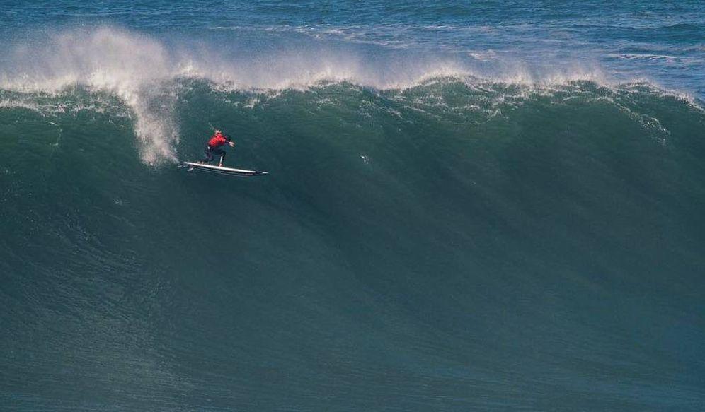 Foto: En la imagen, el surfista vasco Natxo González en acción. (Instagram)