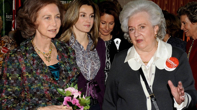 La infanta Pilar, junto a doña Sofía y doña Letizia en el rastrillo Nuevo Futuro en 2009. (Getty)
