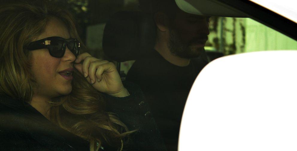 Foto: Shakira y Piqué, en su vehículo tras abandonar la clínica (Cordon Press)