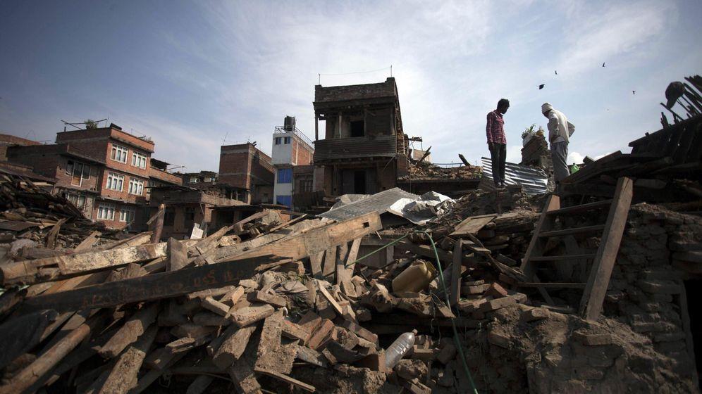 Foto: Supervivientes recuperan sus enseres entre los escombros en Bhaktapur. (EFE)