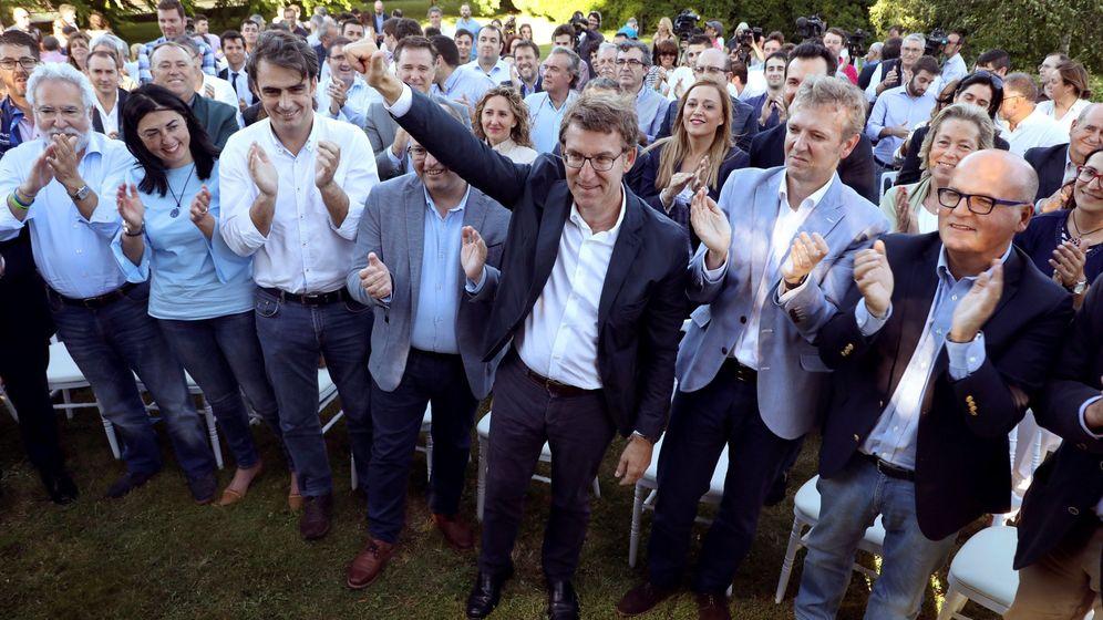 Foto: El presidente de la Xunta, Alberto Núñez Feijóo (c), saluda tras su comparecencia en la que anunció su intención de quedarse en Galicia. (EFE)