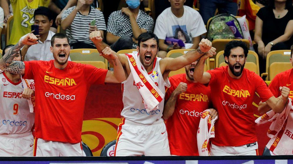 Foto: El banquillo de la Selección celebra una canasta durante el España-Serbia jugado este domingo en Wuhan (China). (EFE)