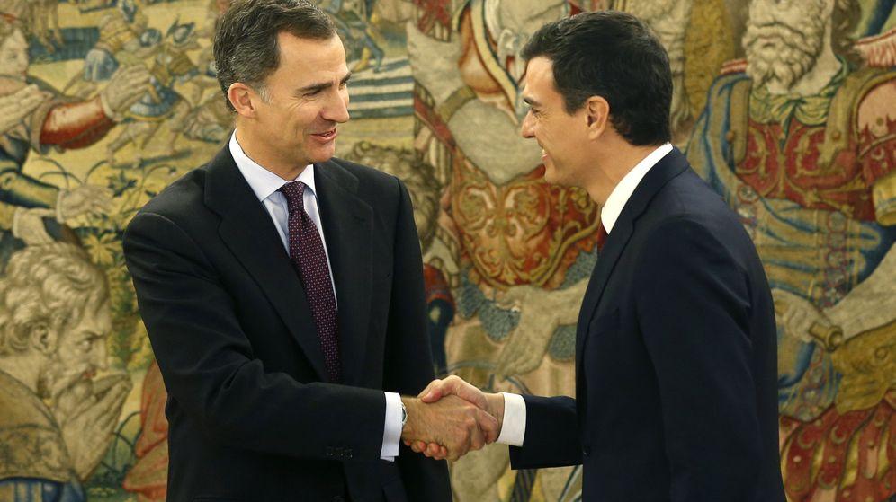 Foto: Felipe VI saluda a Pedro Sánchez en el Palacio de la Zarzuela. (EFE)