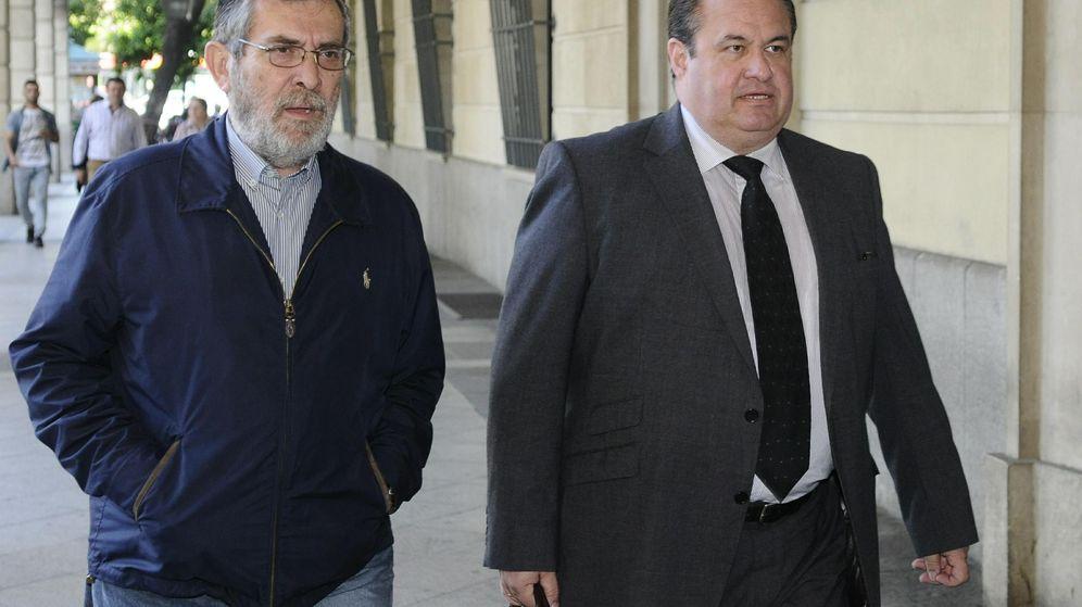 Foto: El exdirector de Empleo, Antonio Rivas, a su llegada a los juzgados para declarar sobre el 'caso de los ERE'. (EFE)