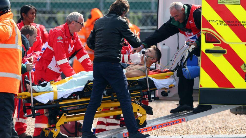 Foto: Tito Rabat estaba consciente cuando fue evacuado en ambulancia tras su caída en la curva 7 de Silverstone. (EFE)
