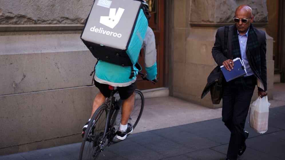 Foto: Un 'rider' de Deliveroo (Reuters)
