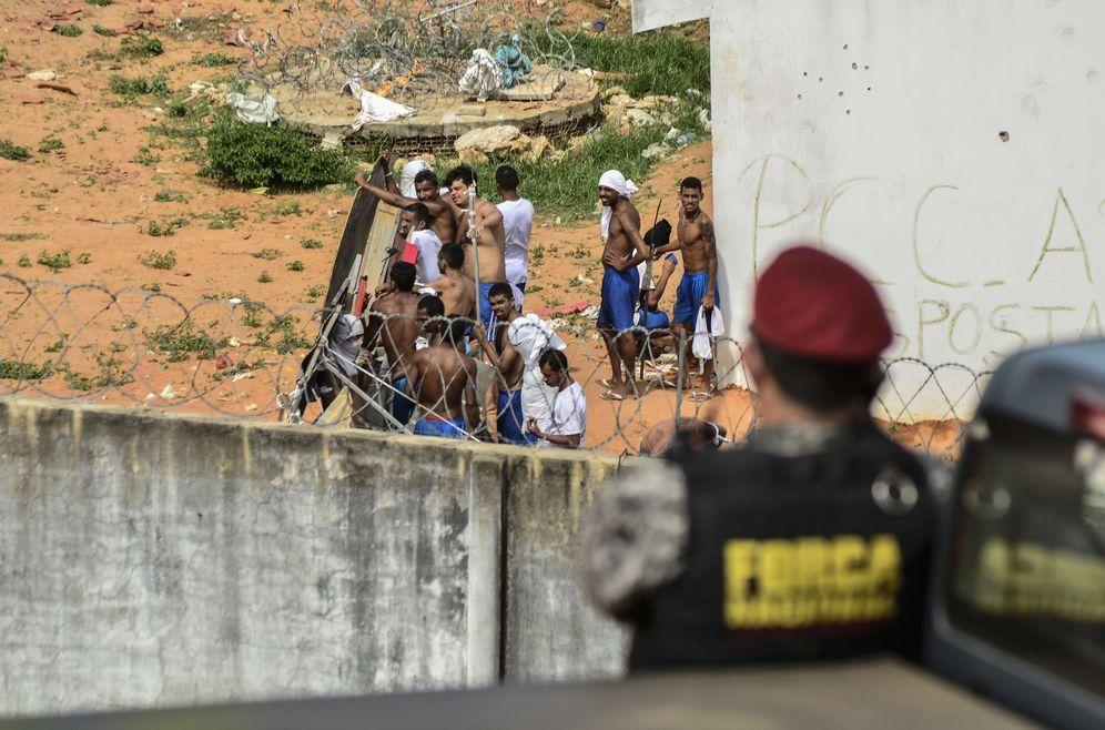 Foto: Presos sobre el tejado de la Penitenciaria Estatal de Alcaçuz, en el estado brasileño de Río Grande do Norte (Efe).