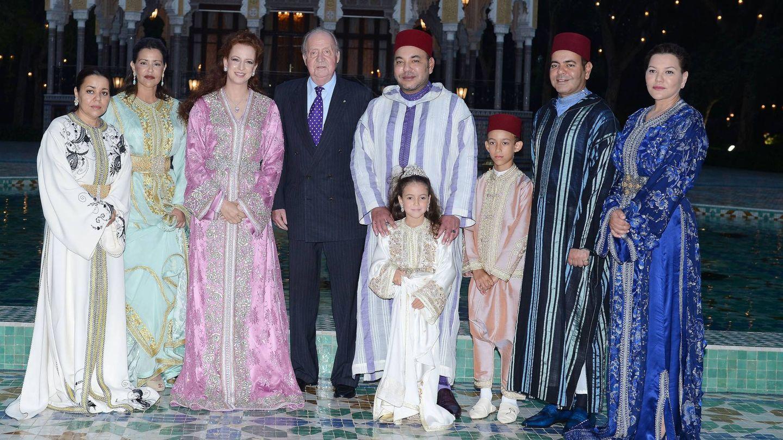 La familia real con el rey Juan Carlos. De izq. a derecha: Lalla Asma, Lalla Meryem, Lalla Salma, el Rey emérito, Mohammed VI, Lalla Kadhija, Mulay Hassan, Mulay Rachid y Lalla Hasna. (CP)