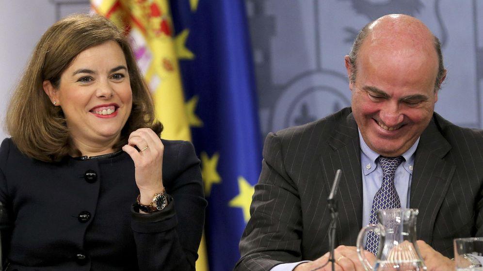 Foto: La vicepresidenta del Gobierno, Soraya Sáenz de Santamaría, junto al ministro de Economía, Luis de Guindos (Fotografía: Efe).
