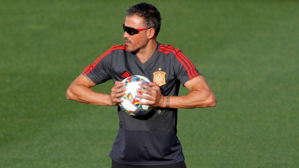 Foto: Luis Enrique comprueba la presión del balón en uno de los entrenamientos de la Selección. (Efe)