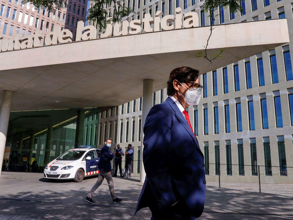 Foto: El líder del PSC en el Parlament, Salvador Illa, a su llegada a la Ciudad de la Justicia donde comparece ante el juez de Barcelona que investiga al tuitero Luis Pérez. (EFE)