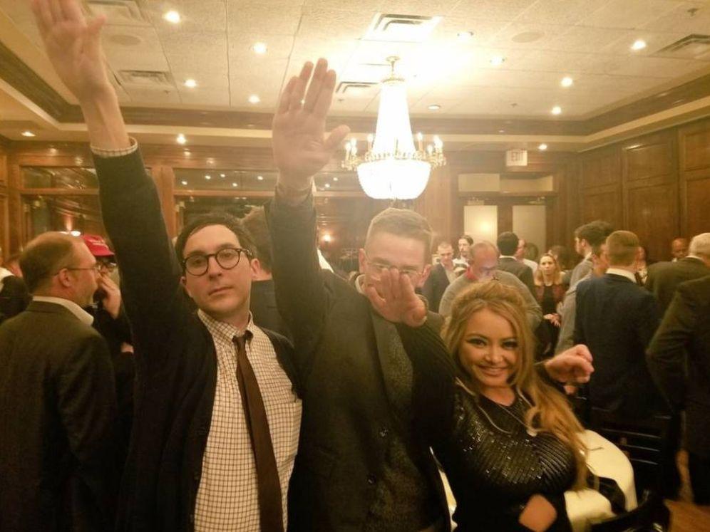 Foto: La 'celebrity' Tila Tequila hace el saludo nazi con amigos durante una fiesta de la 'alt-right' en Washington, para celebrar la victoria de Trump.