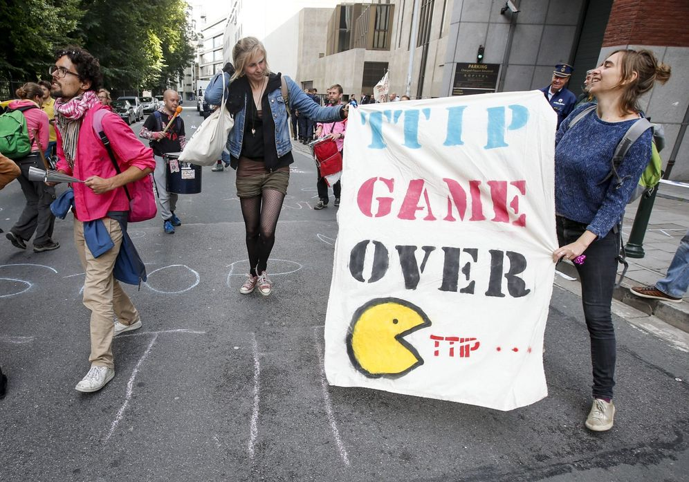 Foto: Protesta en contra de las negociaciones sobreel TTIP frente al edificio de la Comisión Europea, el 14 de julio de 2016 (EFE)